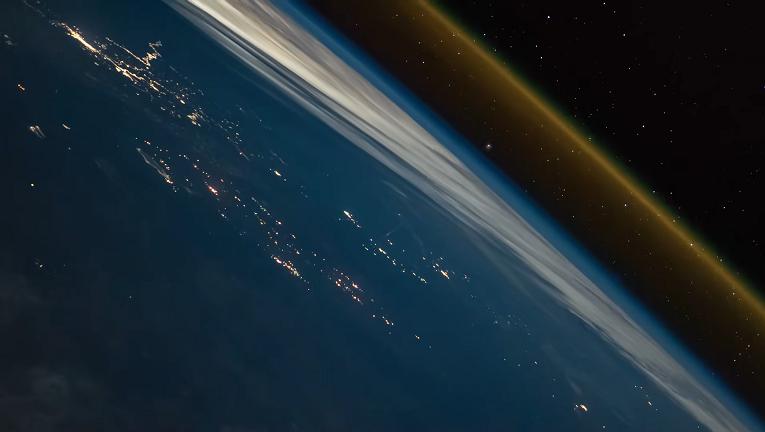 【ロケット】宇宙から見たロケット打ち上げの様子が神秘的すぎる