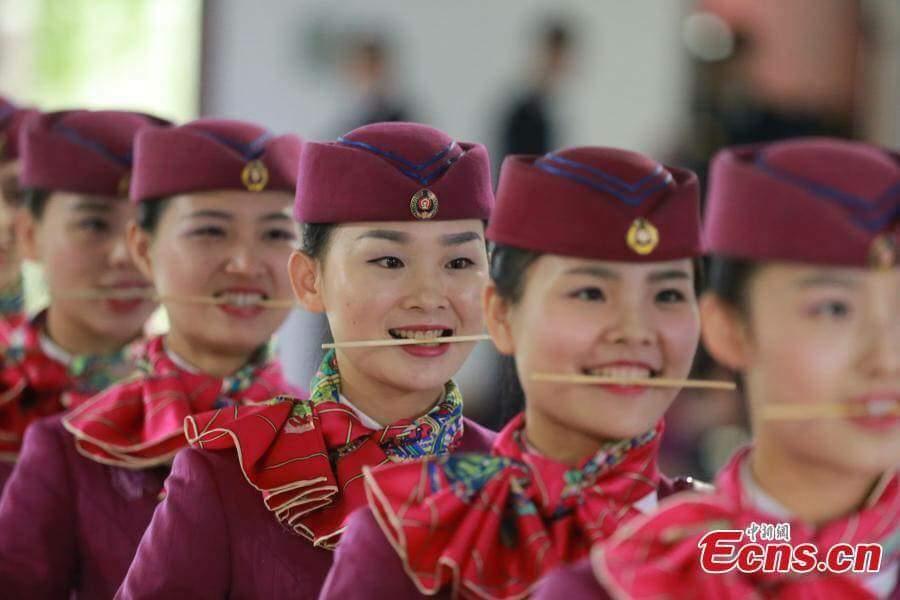 中国のスチュワーデスのランチ風景をご覧下さい
