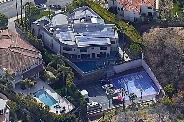 【音楽】氷室京介、カリフォルニアの7億円豪邸を10億円で売却 本棚には『宇宙兄弟』『ブッダの教え』も
